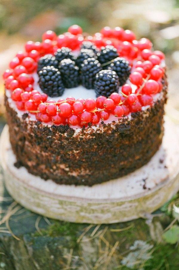 Кофейно-шоколадный бисквит, нежный крем на основе маскарпоне, свежие ягоды